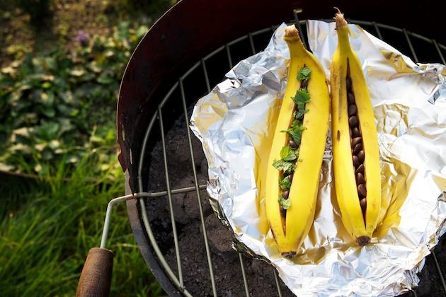 Gevulde en gebakken bananen op de barbecue