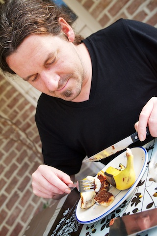 Stijn De Kock eet Bananen op de barbecue