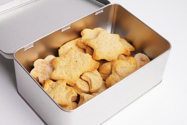 Zelfgemaakte koekjes in doos