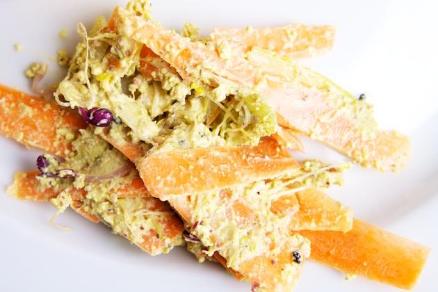 Selderijsalade met wortel en noten