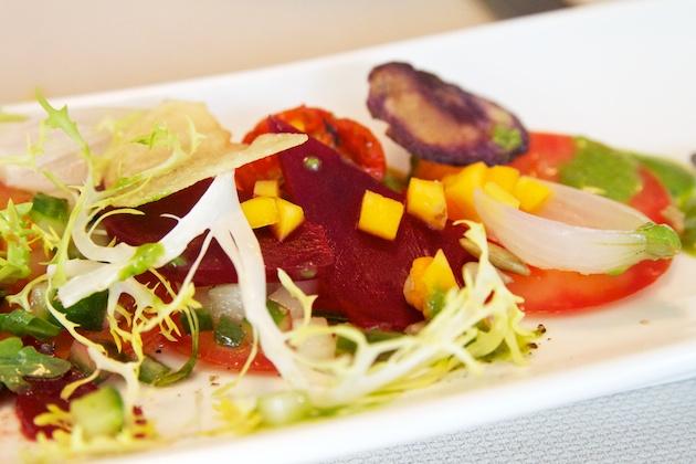 Voorgerecht: salade met groentechips bij Potiron