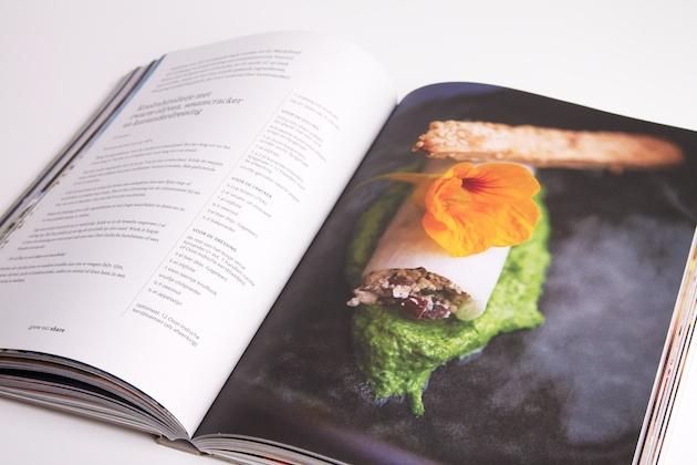 koolrabirolletjes met zwarte olijven, sesamcracker en korianderdressing uit het boek Grow Eat Share van Avalon
