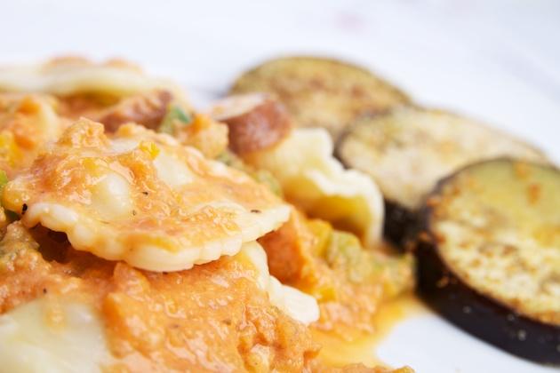 Ravioli met vegan kaas van Wilmersburger met tomaten-paprika-roomsaus en gebakken aubergines
