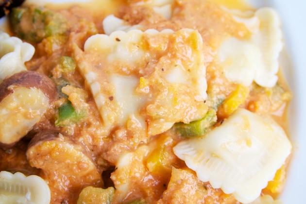 Wilmersburger vegan ravioli met kaas - saus van tomaat, paprika, champignons en room