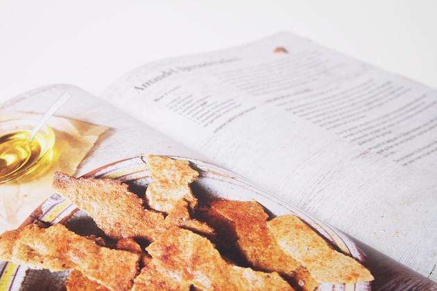 Amandel-lijnzaadcrackers uit het boek Super healthy snacks