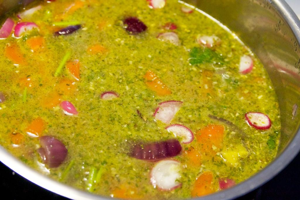 Wortel radijs soep met groentebouillon