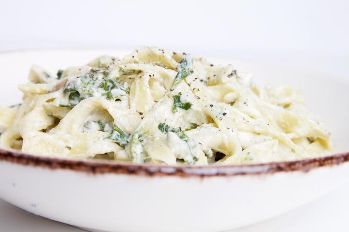 Pasta met boerenkool, selder champignons en saus op basis van cashewnoten