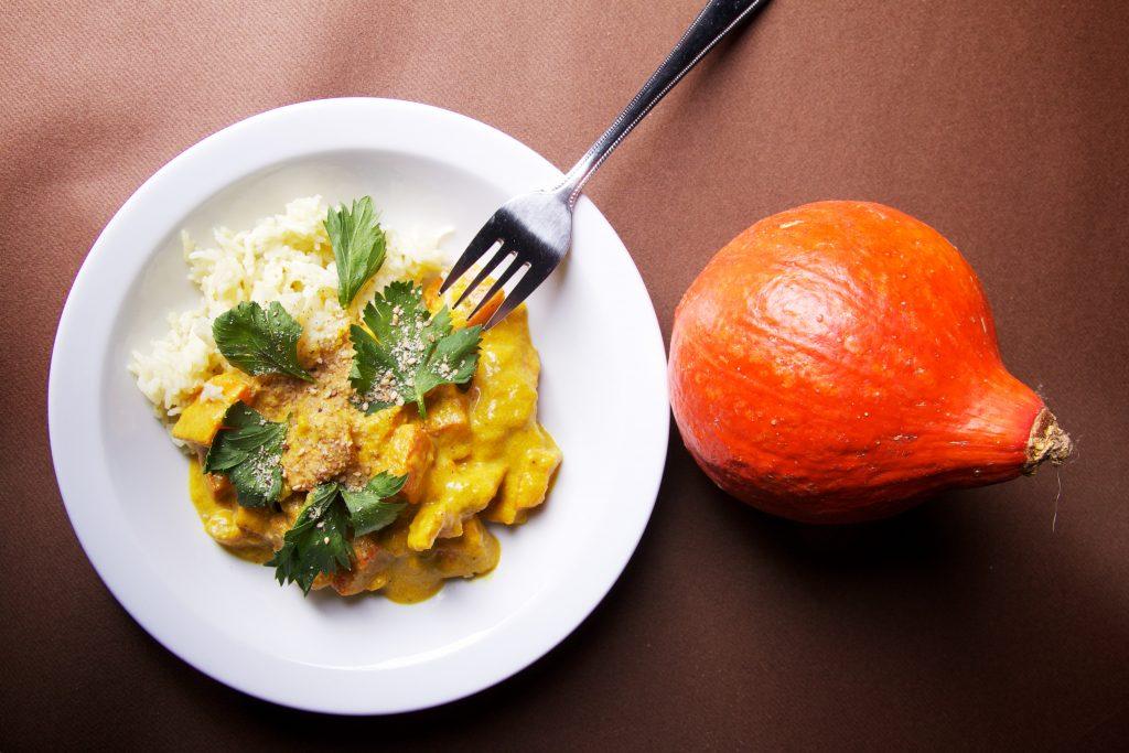 Gerecht met pompoen curry