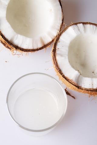 Kokosnoot met de kokosmelk