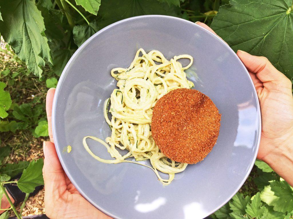 Bamischijf van de vegetarische slager met courgettepasta