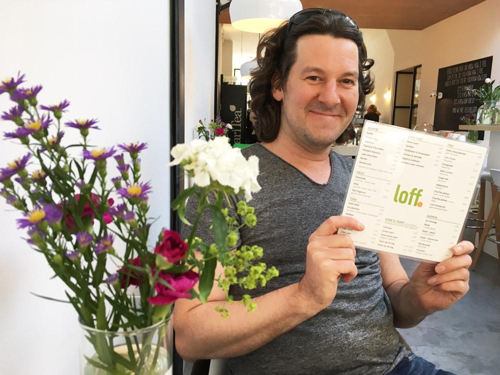 Stijn met de menukaart van Loff