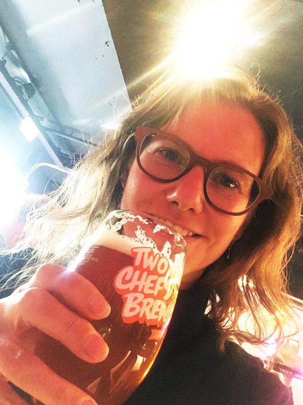 Elke met het IPA bier van Tho Chef's brewing
