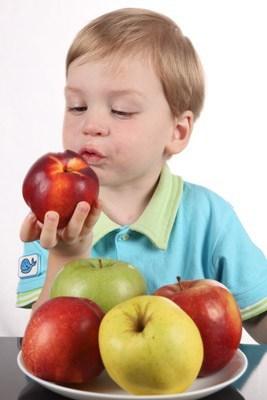 Kind eet liever appel dan konijn