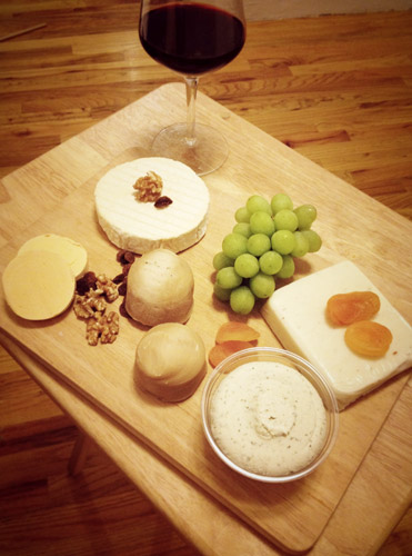 vegan kaasplank - verschillende soorten kaas gemaakt van noten