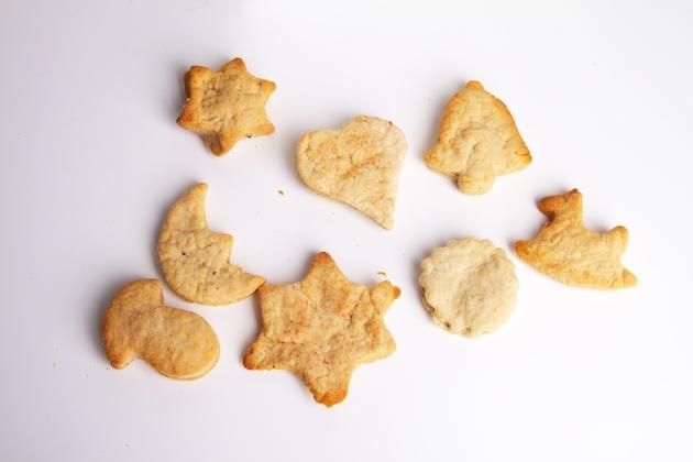 Gebakken vegan gember-kaneel koekjes in verschillende vormen