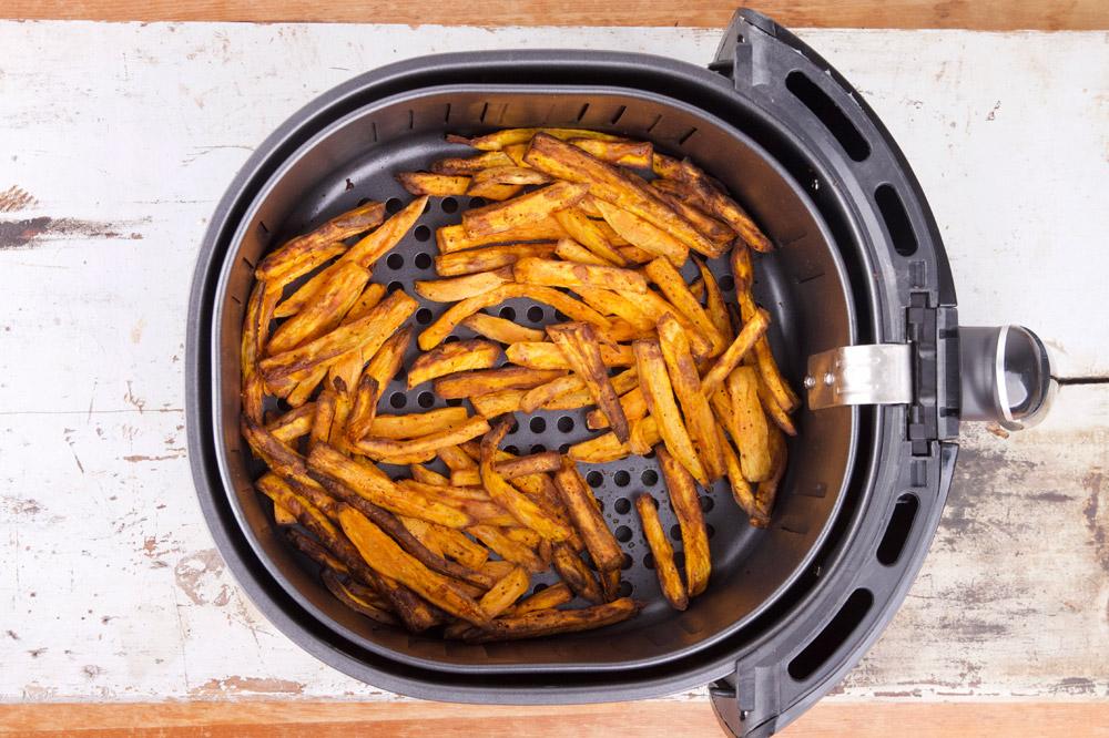 Zoete aardappel frieten gebakken in de airfryer