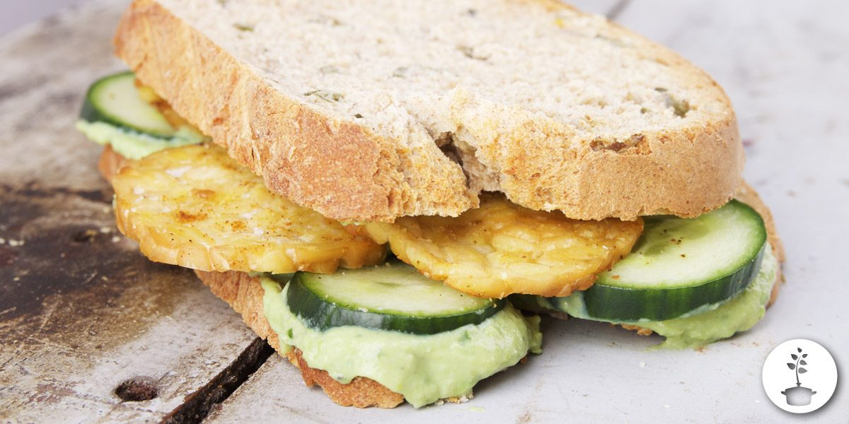 Erwtenspread recept - voor op brood met gebakken tempeh en komkommer