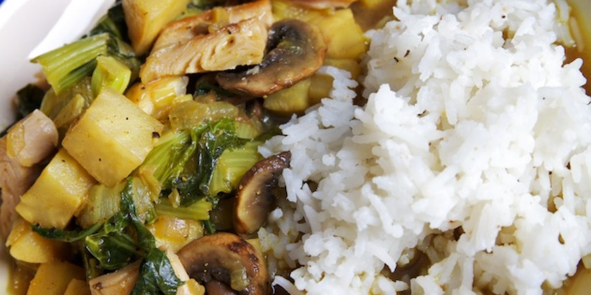 Wokschotel met rijst, paksoi en knolselder